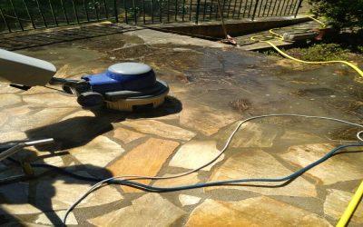 Nettoyage des terrasses à la brosse