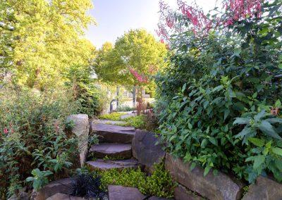 Ce passage est dissimilé par la végétation. il invite à découvrir le jardin.